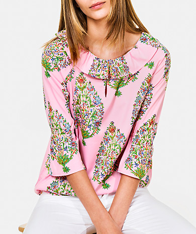 Floarl print blouse with a gathered collar, straight cut and three-quarter sleeve with ruffle