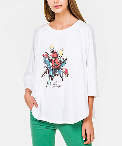 Floral print t-shirt with a round neckline, raglan sleeve and rounded hem.