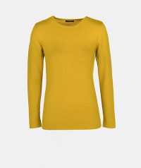 Round neckline sweater with long sleeve.