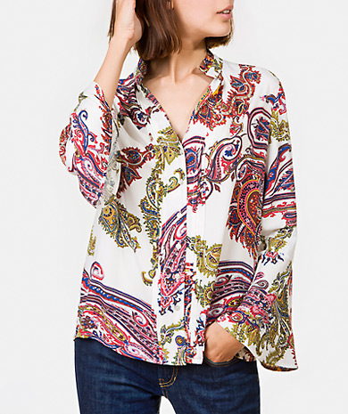 Printed blouse with a gathered collar, buttons fastenings and pintucks. Loose cut and long-sleeve with ruffle