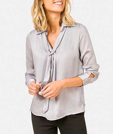 Pussy-bow blouse with classic collar and open front. Loose cut, long sleeve and cuff with button