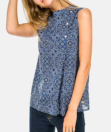 Printed topwith round neck, side button fastening and loose cut.