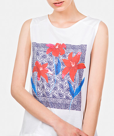 Printed top with round neckling and straight cut